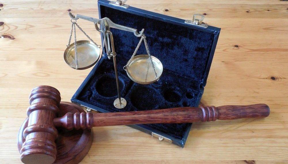 Un martillo y una balanza, símbolos de la justicia y la ley. Fuente: Succo/ Pixabay.com