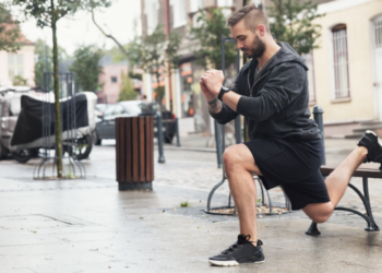 Un hombre ejercitándose en la calle. Fuente: photocreo/ EnvatoElements.