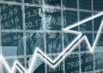 Un hombre revisando el mercado de valores. Fuente: Geralt/ Pixabay.com