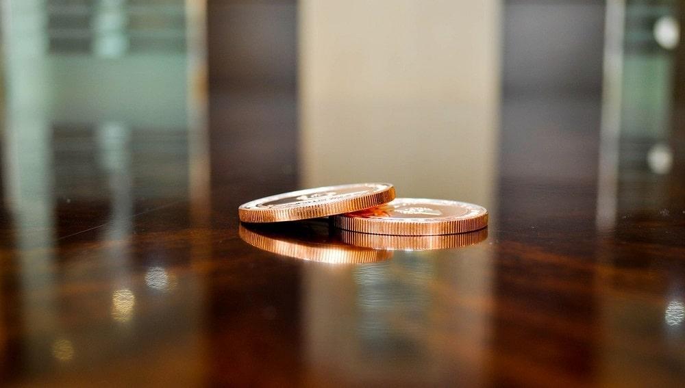 Dos tokens sobre un mesón. Fuente: Erdenebayar Bayansan/pixabay.com