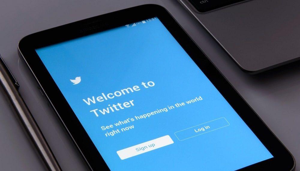 Teléfono celular con acceso a Twitter. Fuente: Photo Mix/pixabay.com