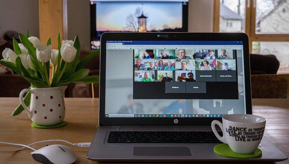 Pantalla que muestra conferencia virtual. Fuente: Armin Schreijäg/pixabay.com
