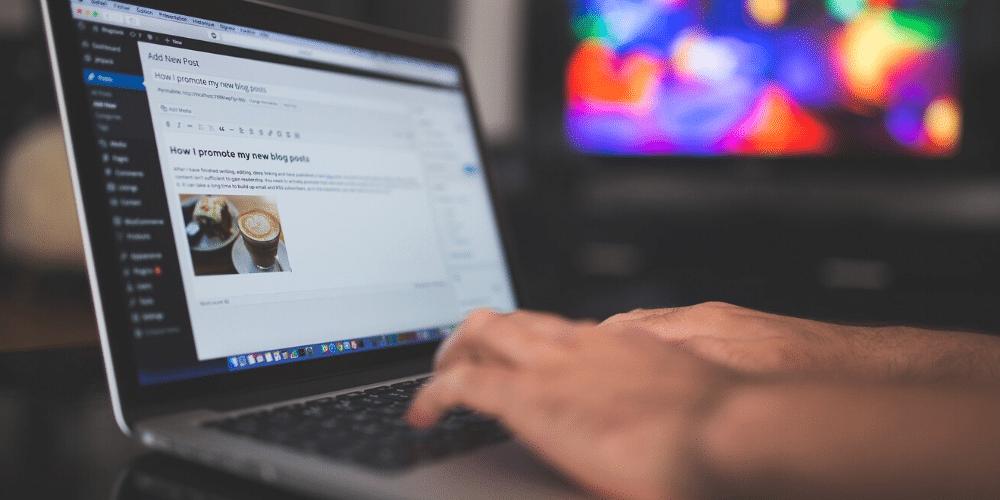 Un hombre escribiendo un artículo en su blog de WordPress. Fuente: StockSnap/ Pixabay.com