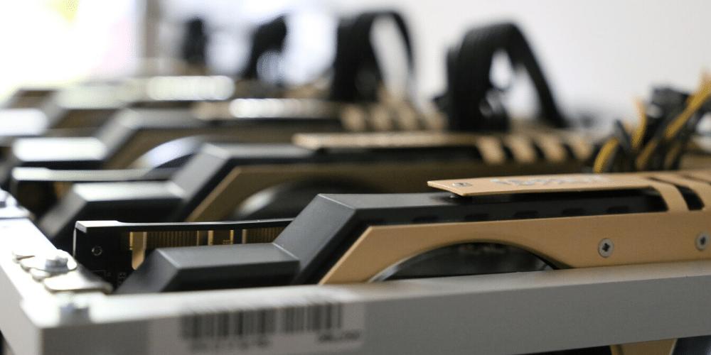 Grupos de tarjetas GPU minando. Fuente: LauraTara/ Pixabay.com