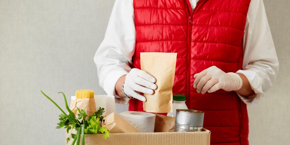 Unvoluntario entrega comida a afectados por la crisis del coronavirus. Fuente: bondarillia/ Envato Elements.