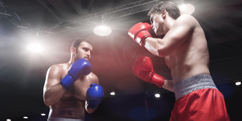 Dos hombres en un rin de boxeo. Fuente: AboutImages/ Envato Elements.
