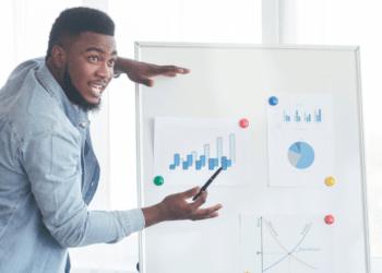 Un hombre muestra gráficas de su empresa. Fuente: Prostock-studio/ Envato Elements.