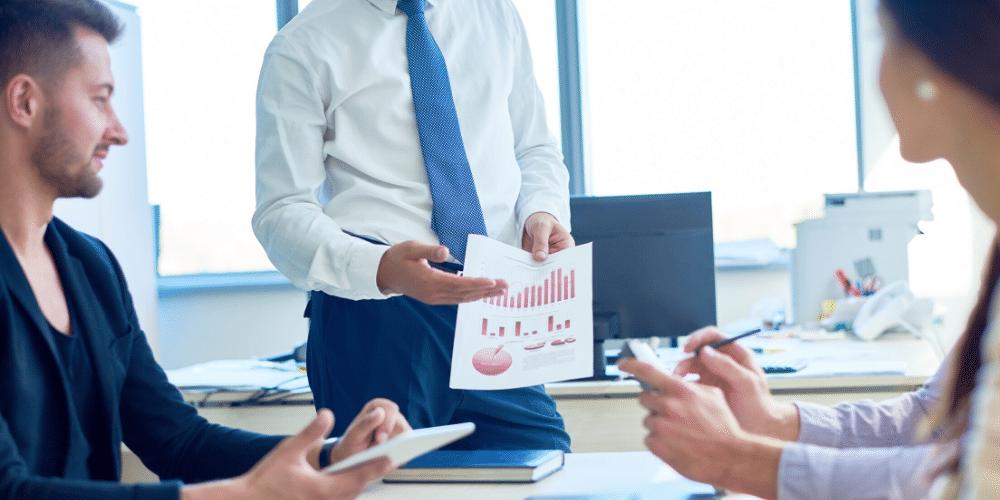 Un hombre mostrando gráficos de una empresa. Fuente: seventyfourimages/ Envato Elements.