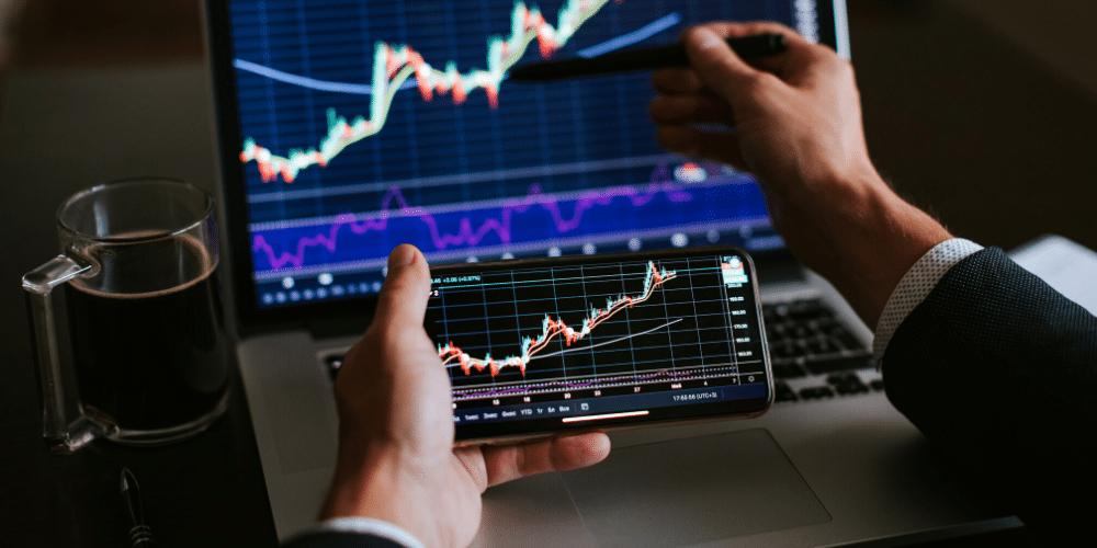 Una persona revisa los gráficos del mercado. Fuente: avanti_photo/ Envato Elements.
