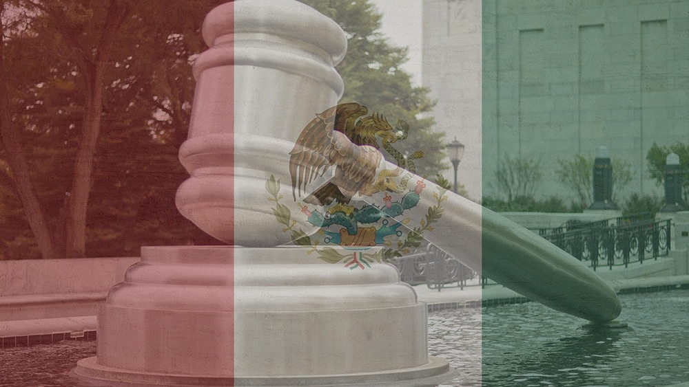 Estatua de martillo de tribunal solapada con la bandera de México. Composición por Criptonoticias/ Kaufdex/ timokefoto/pixabay.com