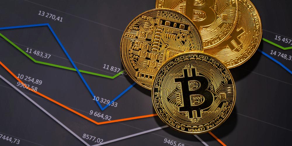 Unos bitcoins en gráficas de mercado. Fuente: kjekol/ Envato Elements