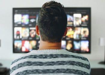 Netflix-hombre-viendo-serie-temporada
