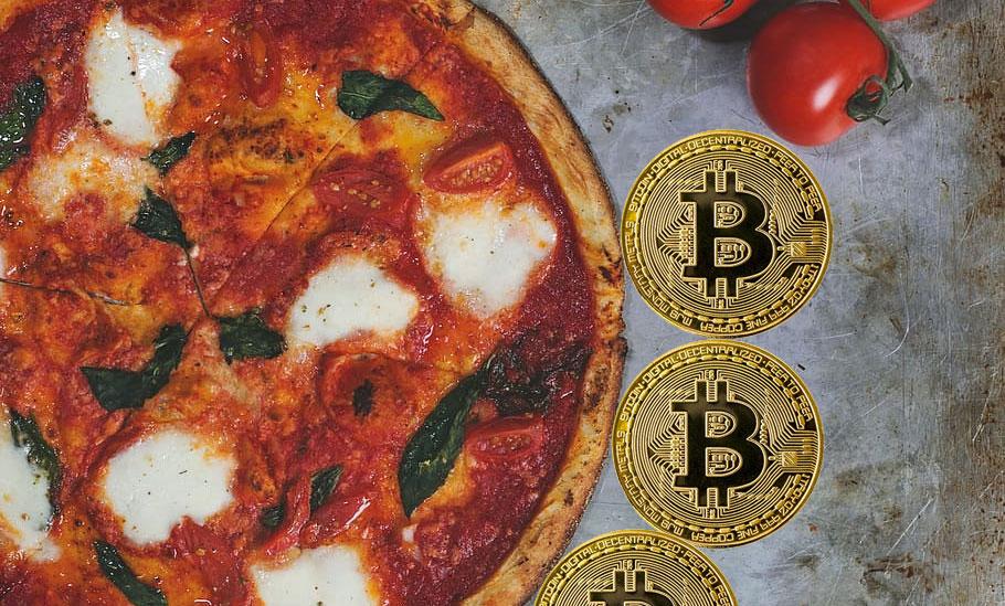 Pizza rodeada de bitcoins. Fuente: piqsels.com y elements.evanto.com