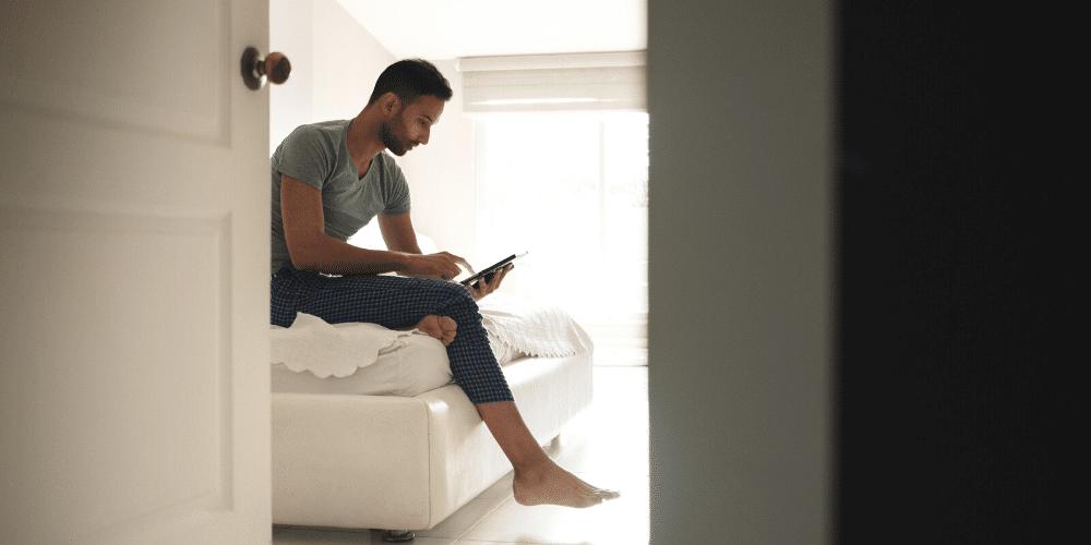 Un hombre mira una pelicula en su tableta. Fuente: diego_cervo/ Envato Elements.