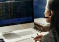 Una operadora sigue los precios del mercado. Fuente: Rawpixel/ Envato Elements.