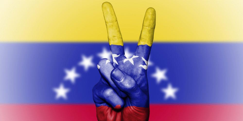 Una mano haciendo el signo de victoria, pintada con los colores de la bandera de Venezuela. Fuente: Public_Domain_Photography/ Pixabay.com