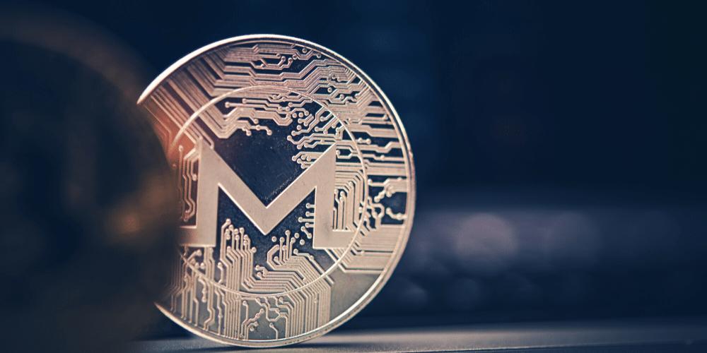 Una moneda plateada de Monero. Fuente: duallogic/ Envato Elements.