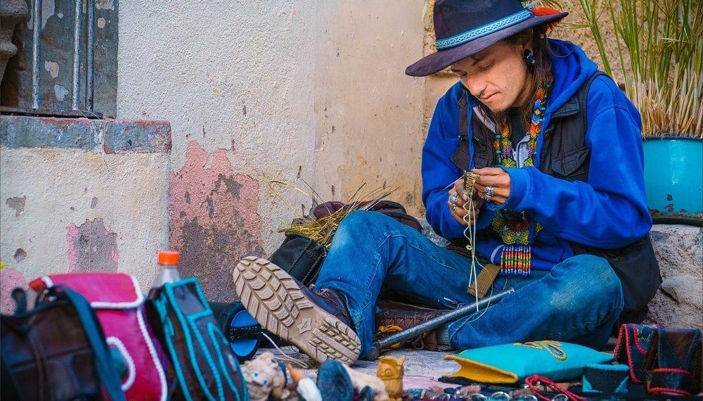 Hombre trabajando en artesanía. Imagen: Gavin Seim/pixabay.com