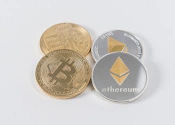 Monedas de bitcoin y erher. Fuente: Catálogo de Pensamiento/Unsplash.com