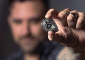 moneda-sujetada