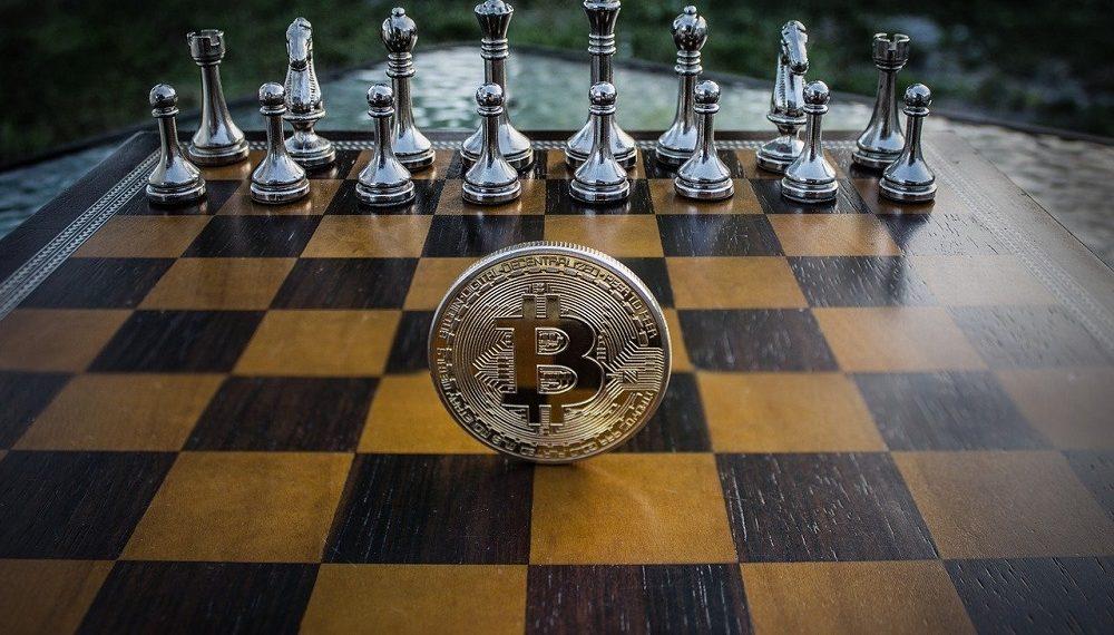 Moneda bitcoin sobre tablero de ajedrez. Fuente: WorldSpectrum/pixabay.com