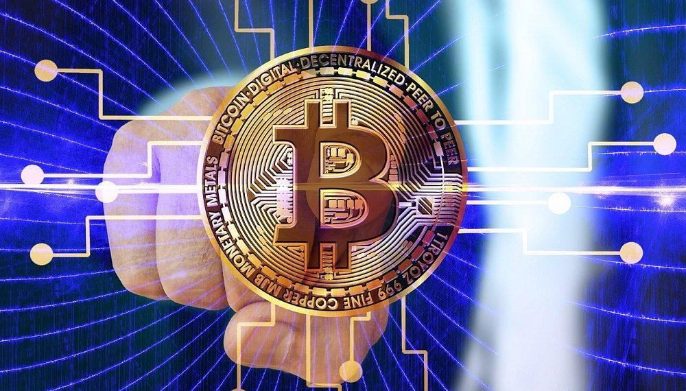 Mano y logotipo de bitcoin. Fuente: Gerd Altmann /pixabay.com