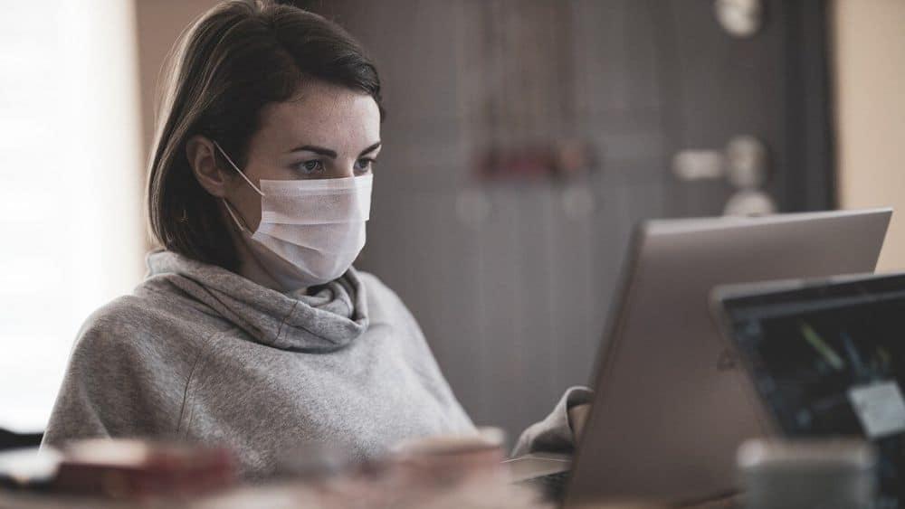 Mujer con tapabocas en la computadora. Fuente: Engin Akyurt/pixabay.com