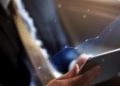 Un hombre revisa el mercado en su tableta. Fuente: Rawpixel/ Envato Elements.