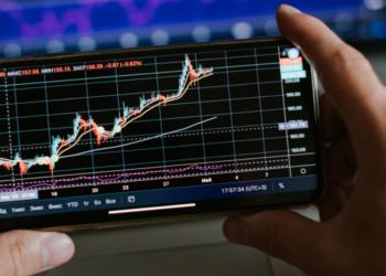 Una persona revisando el precio del mercado. Fuente: avanti_photo/ Envato Elements.