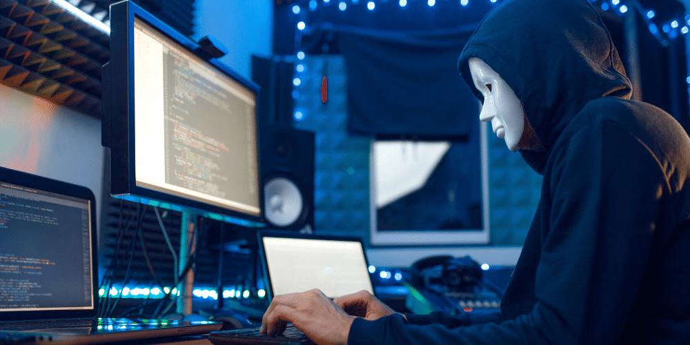 Un hombre con máscara mira a la computadora. Fuente: NomadSoul1/ Envato Elements.