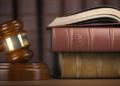 Un mazo y libros de leyes. Fuente: maxxyustas/ Envato Elements.