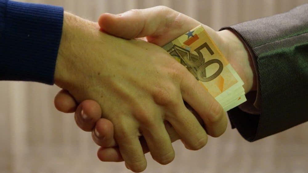 manos-intercambio-dinero