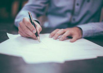 Hombre firmando documento. Imagen: Free-Photos/pixabay.com