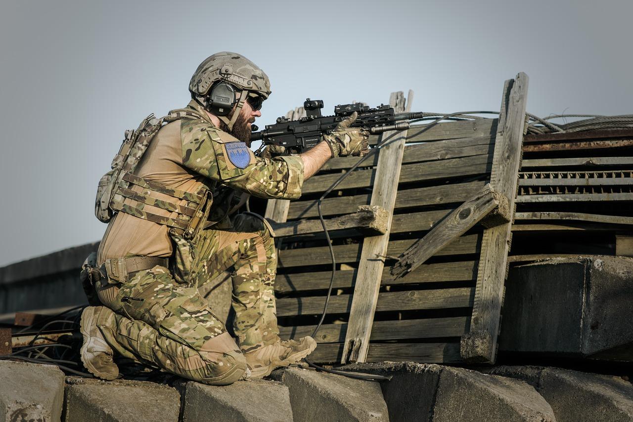militar-disparando-guerra