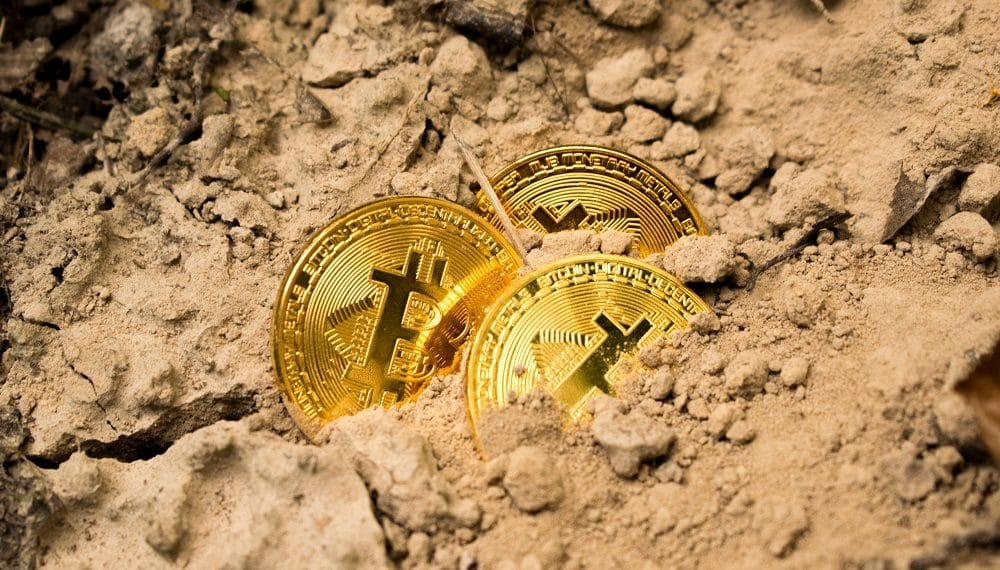 Monedas de bitcoin en arena. Fuente: Dmitry Demidko /unsplash.com