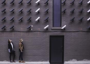 Dos mujeres siendo observadas por cámaras de seguridad. Fuente: Pexels/ Pixabay.com