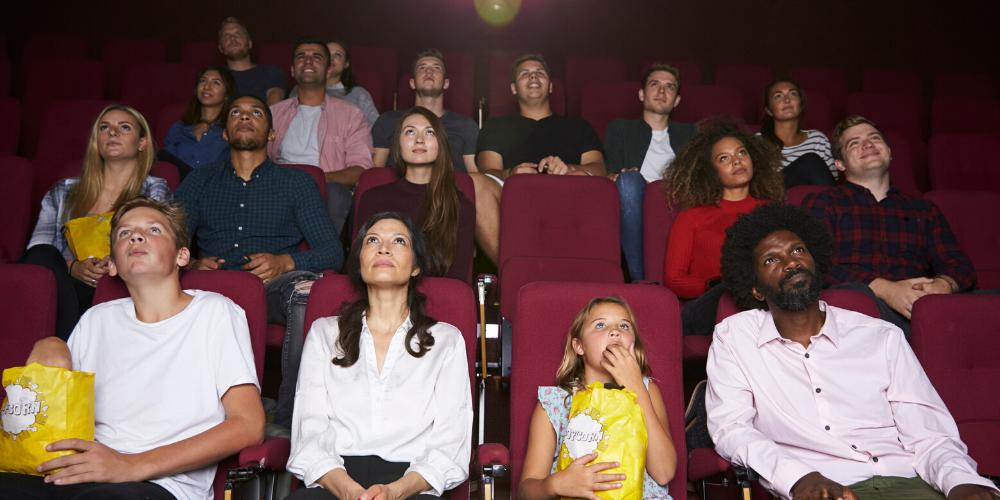 Un grupo de personas viendo una película en el cine. Fuente: monkeybusiness/ Envato Elements.