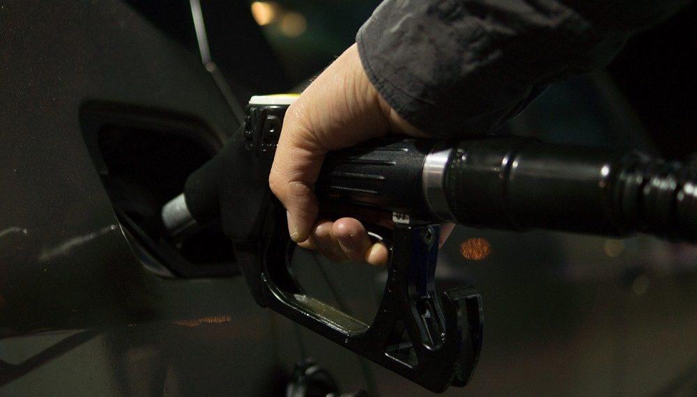 Vehículo con surtidor de gasolina. Imagen: Rudy and Peter Skitterians/pixabay.com
