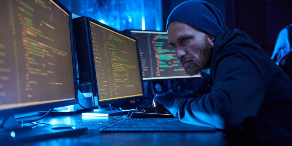 Un hacker intentando explotar una vulnerabilidad. Fuente: AnnaStills/ Envato Elements.
