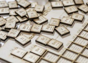 Fichas de elementos químicos que se organizan en una Tabla periódica. Fuente: vubp/pixabay.com
