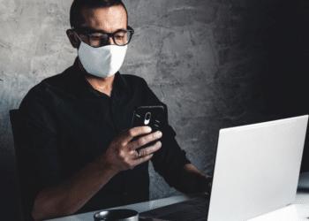 Un hombre trabaja con mascarilla para protegerse del coronavirus. Fuente: serbogachuk/ Envato Elements.