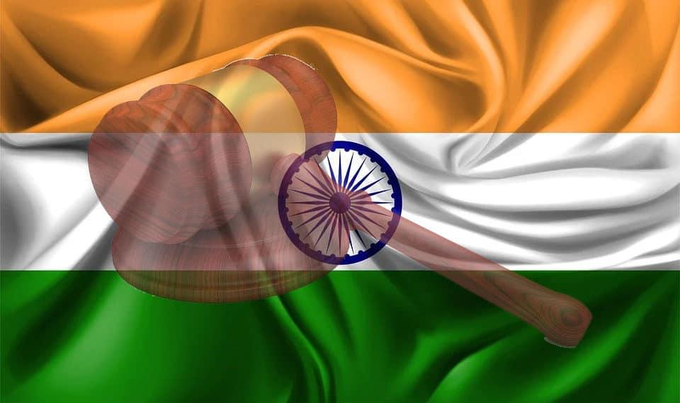 Bandera de la India con mazo judicial. FarkhodVakhob9TJK9 y Mdesigns/pixabay.com