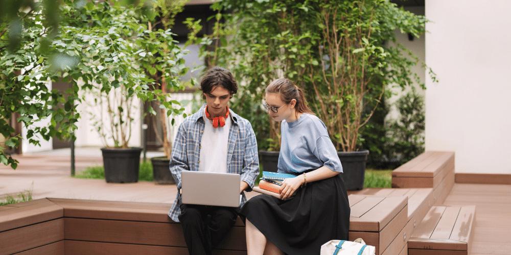 Dos jóvenes estudiando. Fuente: garetsworkshop/ Envato Elements.