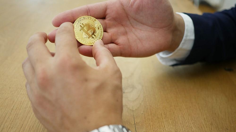 mano-empresario-bitcoin