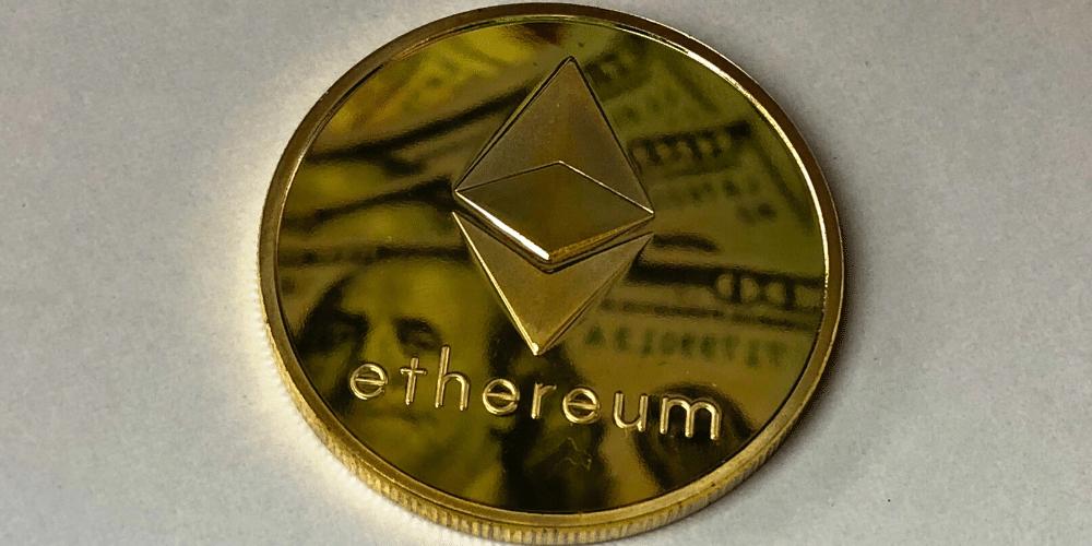 Un ether con dólares reflejados en su superficie. Fuente: pxhere.com