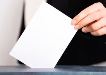 Una mujer votando. Fuente: erika8213/ Envato Elements.
