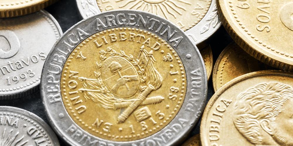 Monedas de pesos argentinos. Fuente: Maciejbledowski/ Envato Elements.