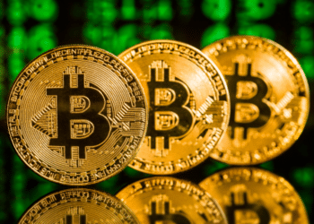 Tres monedas de bitcoin. Fuente: jirkaejc/ Envato Elements.