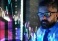 Un hombre mirando como caen los mercados. Fuente: halfpoint/ Envato Elements.