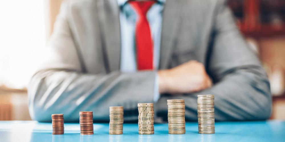 Una persona invierte un dinero y este se le multiplica.  Fuente: tommyandone/ Envato Elements.